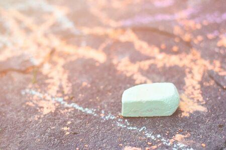 Vista ravvicinata su un piccolo pezzo di gesso verde usato