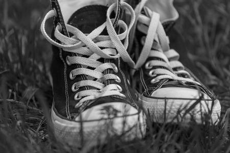 Sneakers op achtergrondvloer. Zwart-witfoto's Stockfoto