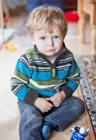 baby gesicht: Adorable Kind mit blauen Augen und blonden Haaren indoor