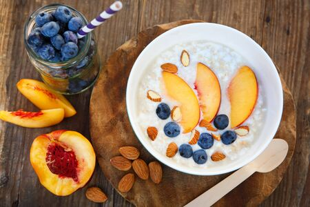 wild oats: Granola with fresh organic blueberries, nectarines and almonds. Healthy breakfast Stock Photo