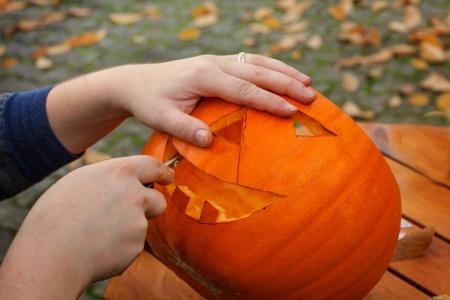 ハロウィーンのランタンを準備するかぼちゃをくり抜き