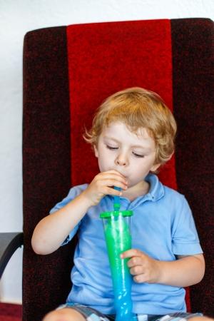 slush: Bambin gar�on potable bouillie de glace gel�e color�e peu au cin�ma