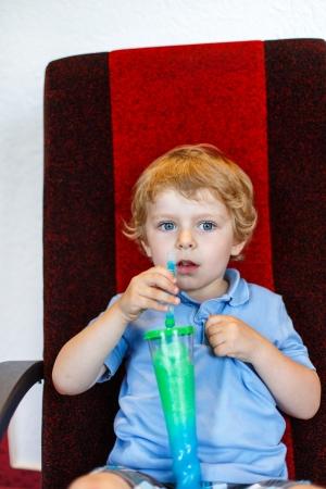 granizados: Peque�o ni�o que bebe colorido hielo aguanieve congelada en el cine