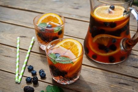 Berry sangria - studená letní koktejl, zdobené plody, pomeranče a mátou Reklamní fotografie
