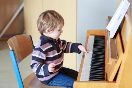Prodigy: Niewiele toddler gry na fortepianie w szkole muzycznej Zdjęcie Seryjne