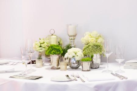Elegante Tisch-Set in grün und weiß für Hochzeit oder Ereignis Party Standard-Bild - 25431742
