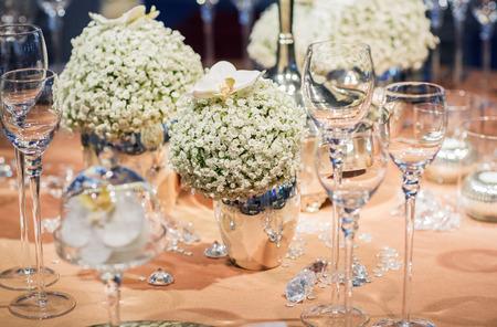 Elegantní stolek set v měkkém krému na svatbu nebo události strany