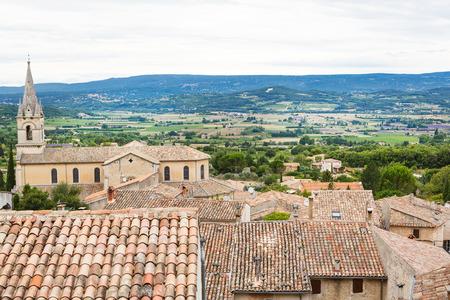 プロヴァンスの村の屋根と景観を見る
