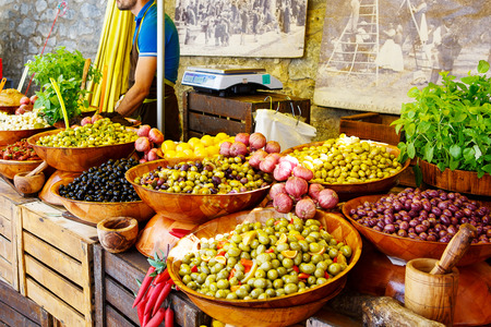 Marinated garlic and olives on provencal street market in Provence, France. Selling and buying. 스톡 콘텐츠
