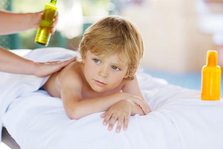 Hermoso niño pequeño niña de relajarse en el spa con que tiene masaje tailandés.