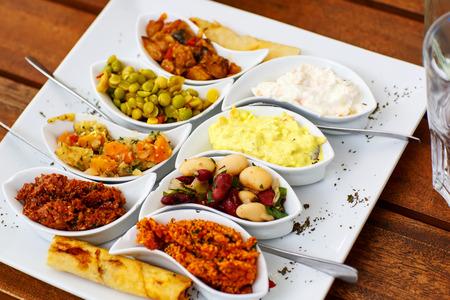 Differen 전채와 카페 또는 레스토랑에서 하얀 접시에 안티 파스텔