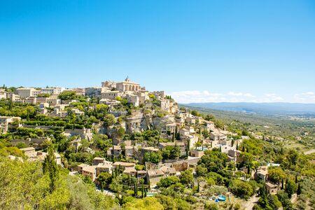 ゴルド観、プロヴァンス、フランスの典型的な小さな町。屋根と風景を望む美しい村