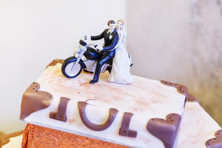 Elegante Hochzeitstorte in weiß mit drei Ebenen. Vereisung mit Sahne, Marzipan, Details Kuchen. Mit Braut und Bräutigam Figuren. Standard-Bild - 40779199