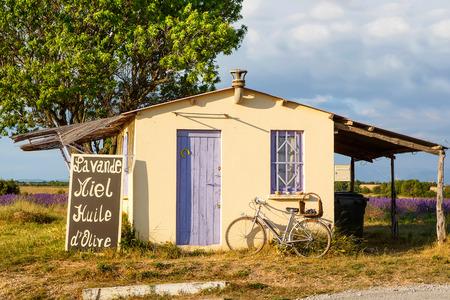 espliego: Granjero casa cerca de campos de lavanda cerca de Valensole en Provenza, Francia. Con la bici, la lavanda y de la venta de la miel y lavanda.