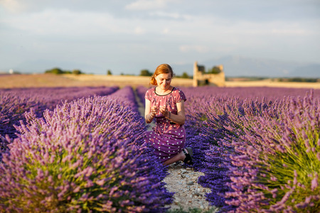 romantyczny: Romantyczna kobieta w pola lawendy, o Wakacje w Prowansji, Francja. Dziewczyna podróży przez Valensole plateau.