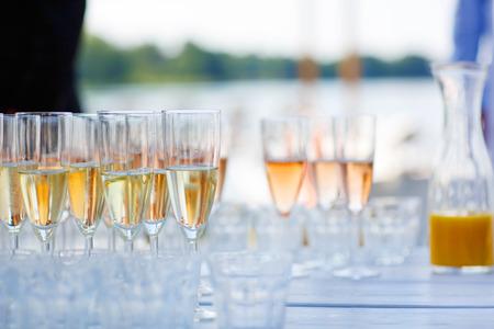 sektglas: Gläser mit Champagner, Orangensaft und Wein auf Sommerhochzeit. Selektiver Fokus