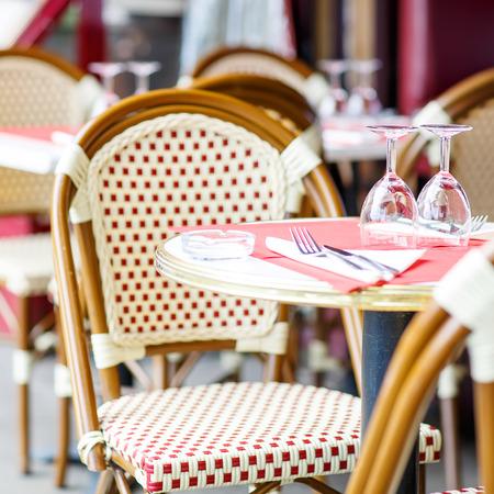 silla: Vaciar mesa de restaurante al aire libre en Par�s, Francia.