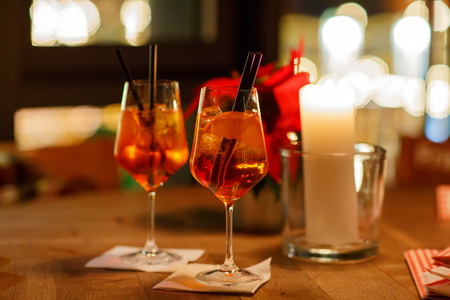 Aperol スプリッツ カクテル。氷とオレンジを持つテーブルに基づくアルコール飲料。