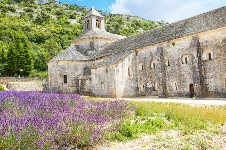 vaucluse: Abbey of Senanque and blooming rows lavender flowers. Gordes, Luberon, Vaucluse, Provence, France, Europe. Stock Photo