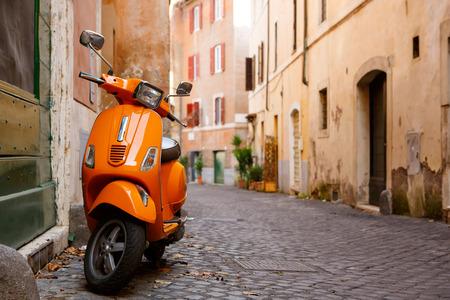 roma antigua: calle de la ciudad vieja con la moto en Roma, Italia. En el oto�o de sol o d�a de primavera.