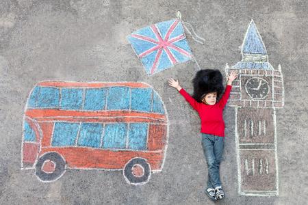 enfant qui joue: Heureux petit enfant garçon garde soldat uniforme ayant l'amusement de la reine britannique avec photo Londres dessin avec craies colorées. Avec Big Ben, Union Jack et le bus rouge.