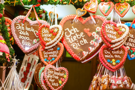 Gingerbread Hearts at German Christmas Market. Nuremberg, Munich, Fulda xmas market in Germany. 版權商用圖片 - 64890859