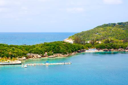 ビーチとトロピカル リゾート、Labadee 島、ハイチ。青い空と紺碧の水に対してヤシ、ココナッツの木とエキゾチックな野生のビーチ 写真素材