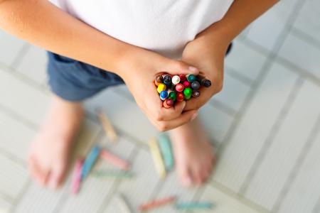 Childs mains avec beaucoup de crayons de cire colorés Banque d'images - 75447110
