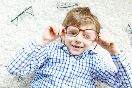 茶色の眼鏡と金髪の子供男の子のクローズ アップの肖像画