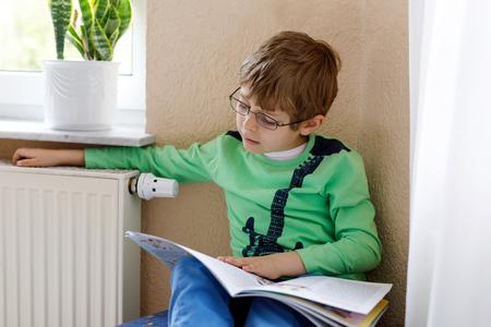 金髪学校子供メガネは家で本を読む少年