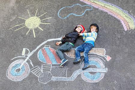 Deux enfants garçons en casque avec dessin de moto avec colo Banque d'images - 81869459