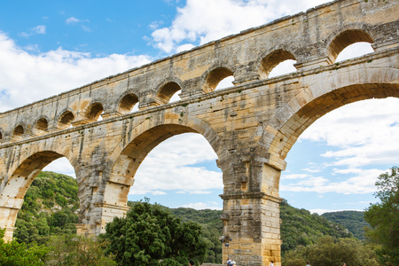 ポン ・ デュ ・ ガールは、南フランスのニーム近郊の古代ローマの水路です。プロヴァンスの観光客の旅行先。 写真素材