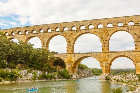 Pont du Gard è un vecchio acquedotto romano vicino a Nimes, nel sud della Francia. Destinazione di viaggio per i turisti in Provenza. Archivio Fotografico - 81943031