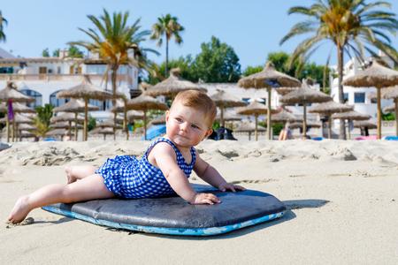 Retrato de la pequeña niña linda en traje de baño en la playa en verano. Foto de archivo - 83770478
