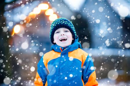 행복 한 아이 소년 겨울에 눈이 재미
