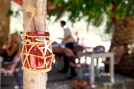 屋外カフェ、晴れた暖かい日にランコ用のテーブルセット。メディテララン市または町 写真素材