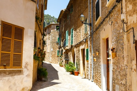 Beautiful street in Valldemossa with traditional flower decoration, famous old mediterranean village of Majorca. Balearic island Mallorca, Spain Banque d'images