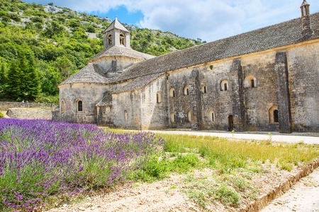 Abbey of Senanque and blooming rows lavender flowers. Gordes, Luberon, Vaucluse, Provence, France, Europe 版權商用圖片
