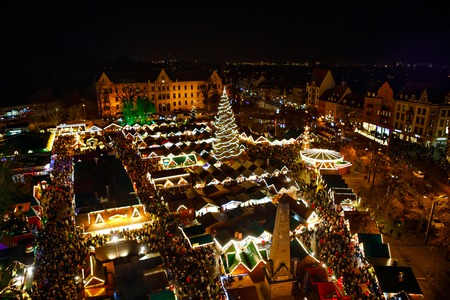 Traditional Christmas market in Erfurt, Thuringia in Germany. With xmas tree, pyramide and sales and food stands on late evening or night. 免版税图像 - 113688751