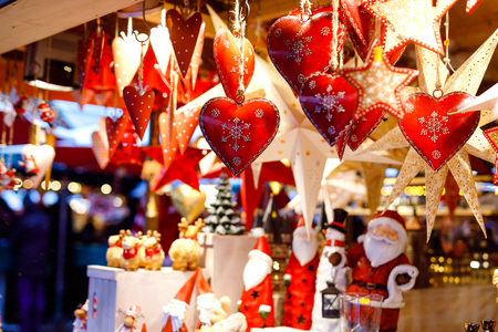 Different decoration, toy for xmas tree on christmas market, close up of cozy handmade hearts 版權商用圖片