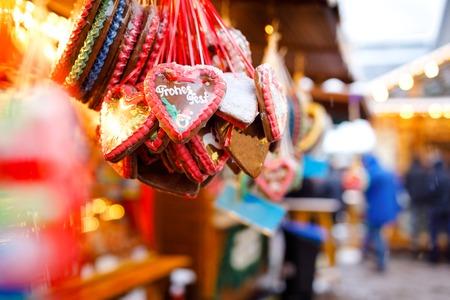 Gingerbread Hearts at German Christmas Market. Nuremberg, Munich, Berlin, Hamburg xmas market in Germany. On traditional ginger bread cookies written Merry Chrismtas called Lebkuchen in German Archivio Fotografico - 113688874