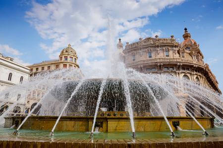 Piazza De Ferrari è la piazza principale di Genova, rinomata per la sua fontana e sede di numerose istituzioni: Borsa, Credito Italiano. Genova, Italia Archivio Fotografico