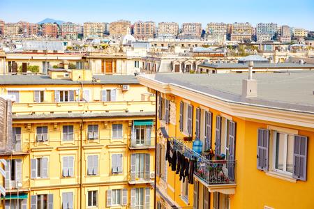 Strade affascinanti di Genova, Italia. Vecchia città famosa d'Italia, con una bella architettura, case, tetti, edifici in giornata di sole.