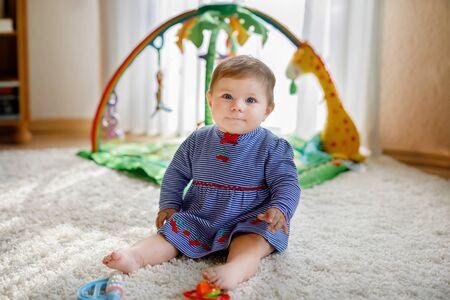 Adorable petite fille jouant avec des jouets éducatifs en crèche Banque d'images