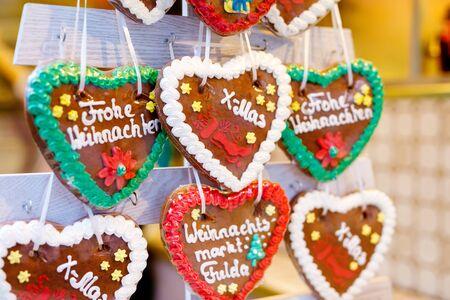 Gingerbread Hearts at German Christmas Market. Nuremberg, Munich, Fulda, Berlin, Hamburg xmas market in Germany. In German language Merry Christmas. Archivio Fotografico - 128297797