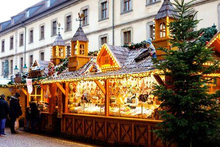 Traditioneller Weihnachtsmarkt im historischen Zentrum von Nürnberg. Mit Girlanden und Lichtern dekorierte Verkaufsstände mit Süßigkeiten, Glühwein und Weihnachtsdekoration und deutschen Geschenken.