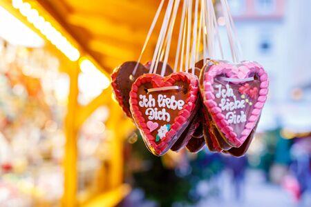 Gingerbread Hearts at German Christmas Market. Nuremberg, Munich, Fulda, Berlin, Hamburg xmas market in Germany. In German language I love you. Archivio Fotografico - 128679340
