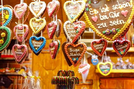 Gingerbread Hearts at German Christmas Market. Nuremberg, Munich, Fulda, Berlin, Hamburg xmas market in Germany. In German language It is beautiful to be with you. Archivio Fotografico - 129324772