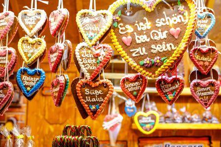 Gingerbread Hearts at German Christmas Market. Nuremberg, Munich, Fulda, Berlin, Hamburg xmas market in Germany. In German language It is beautiful to be with you. Archivio Fotografico - 129324776