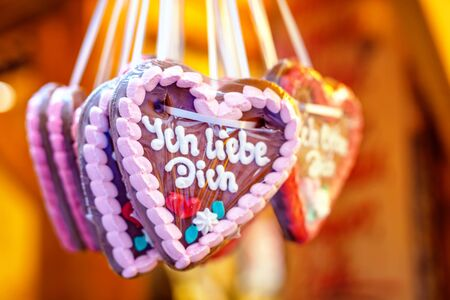 Gingerbread Hearts at German Christmas Market. Nuremberg, Munich, Fulda, Berlin, Hamburg xmas market in Germany. In German language I love you. Archivio Fotografico - 129324778